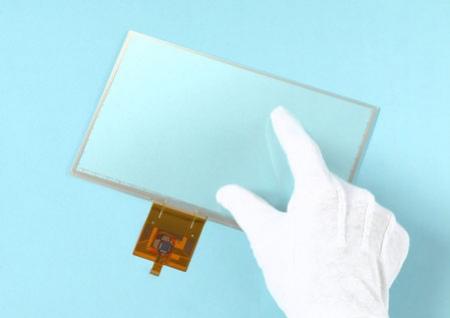 Сенсорные дисплеи SMK умеют распознавать нажатия пальцев в перчатках