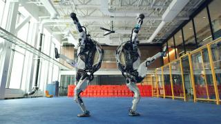 Роботы Boston Dynamics хотят любви в новогоднем видеоролике