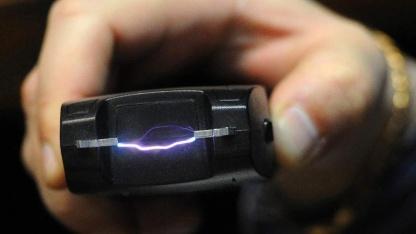 Инженер объединил геймпад с электрошокером