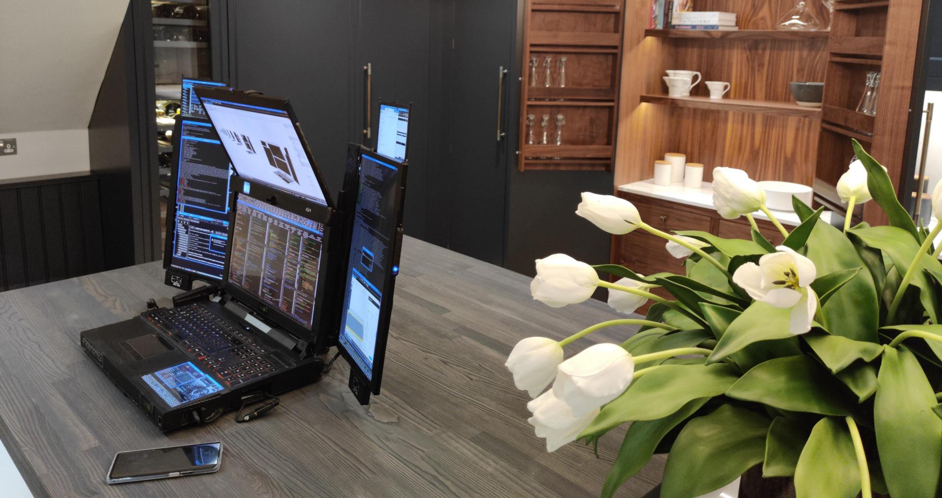 Ноутбук Aurora7 оснащён семью экранами