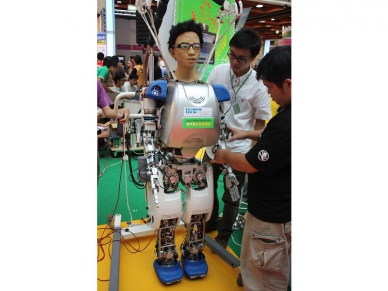 Робот с тайваньским лицом умеет ходить