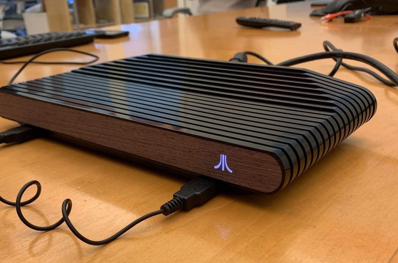Вот так выглядит на фото консоль Atari VCS