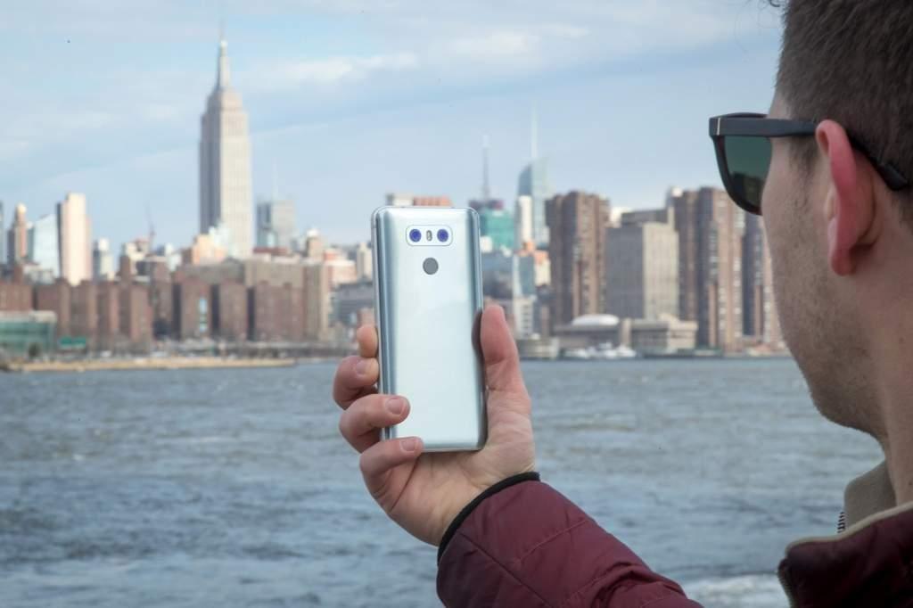 Появились качественные рендеры смартфона LG G8 ThinQ