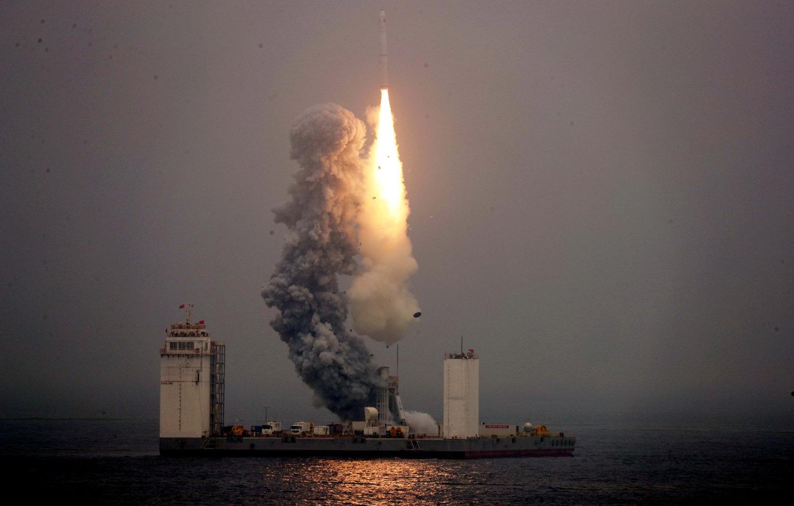 Китай успешно запустил ракету-носитель с морской платформы