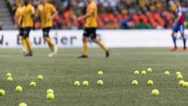 Ультрас забросали футболистов геймпадами и теннисными мячами