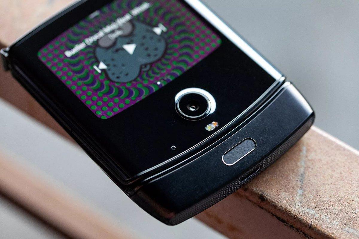 Складной смартфон Motorola RAZR c гибким экраном официально представлен