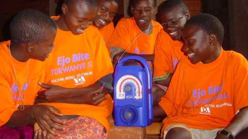 Африканские деревни получат радио на солнечных батареях