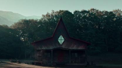 Netflix выпустил загадочный тизер хоррора про дом с маньяком