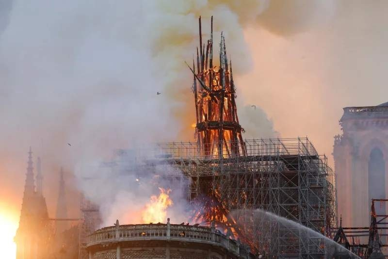 YouTube счёл видеотрансляции с пожаром Нотр-Дам де Пари фейком