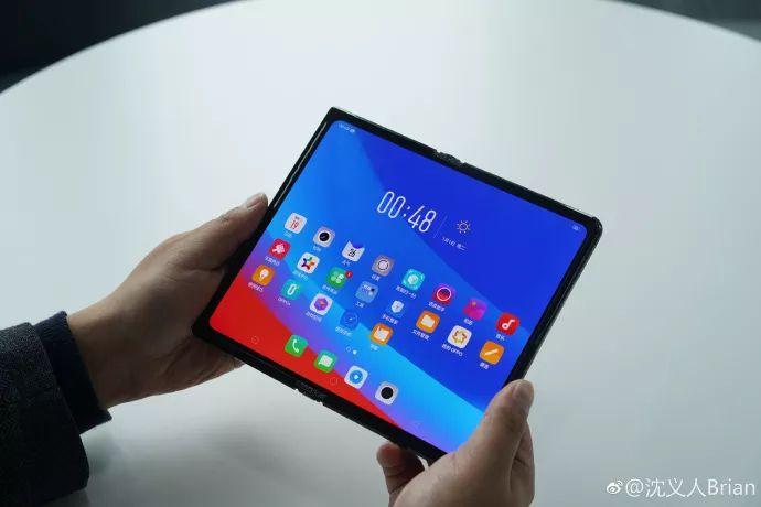 Oppo показала свой вариант складного смартфона