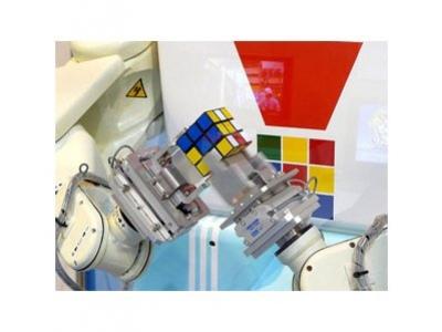 Робот собирает кубик Рубика за6 секунд