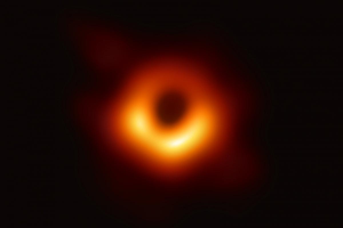 Опубликовано первое в истории фото чёрной дыры
