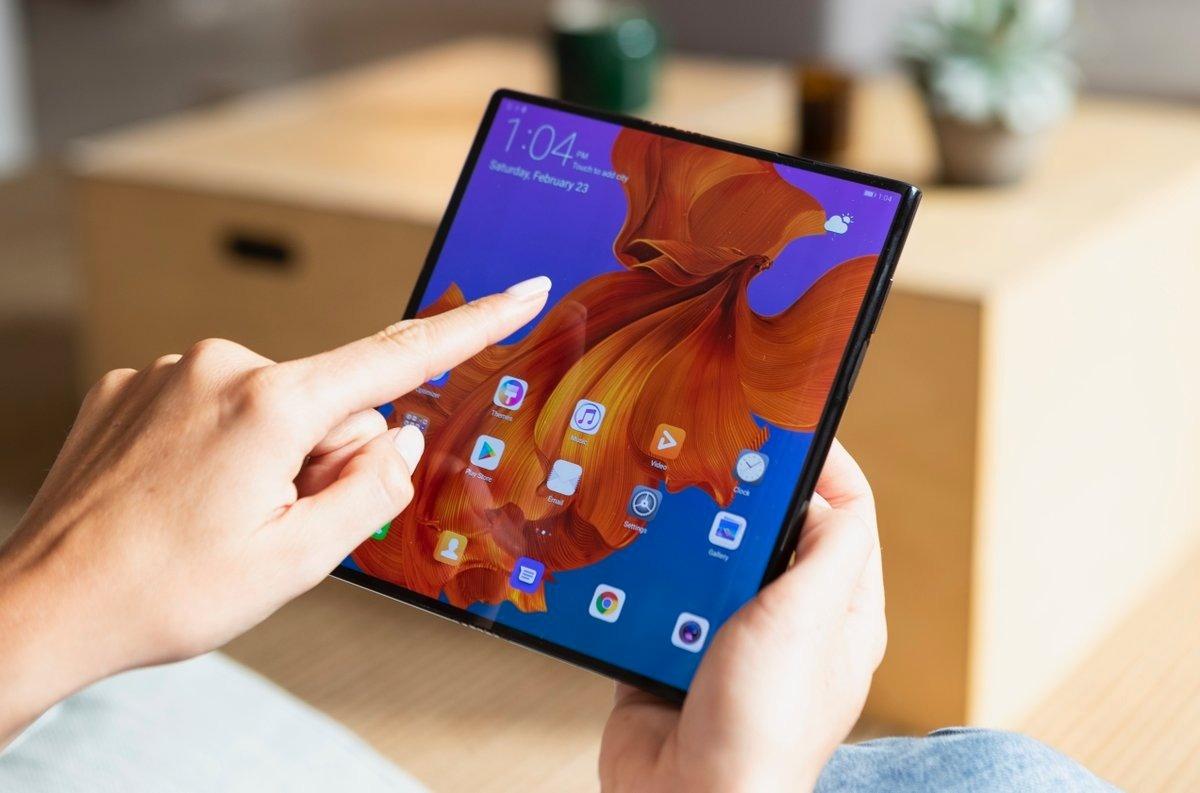 Стало известно, когда выйдет в продажу первый складной смартфон Huawei