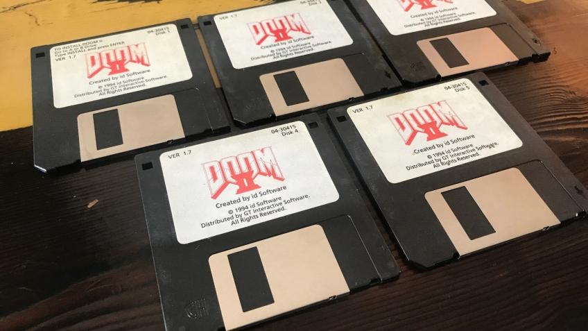 Джон Ромеро продает дискеты с Doom2