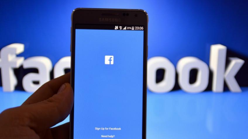Примерно так выглядит тёмная тема в мобильной версии Facebook